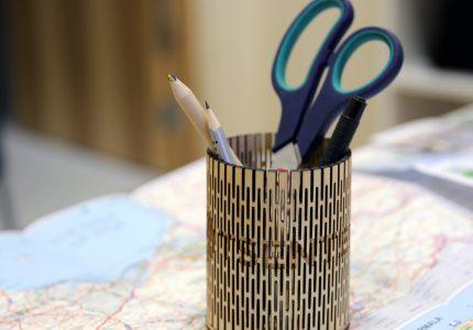 Ümmarkune pliiatsitops painutatud vineerist. Designed by Tauno Erik